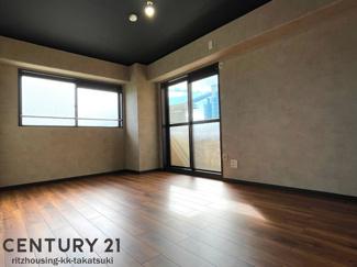(洋室 8.2帖) 角部屋なので窓が2か所あり、陽当たり通風良好です! フローリング新調、建具も新調済です!
