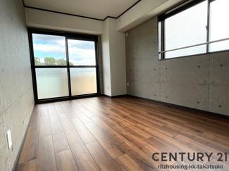 (洋室 6.7帖) 角部屋なので窓が2か所あり、陽当たり通風良好です! フローリング新調、建具も新調済です!