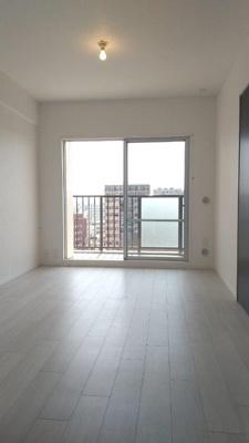 白いフローリングも張替え済みで気持ち良く入居していただけます。陽当たりがいいので、とても明るい居室です。