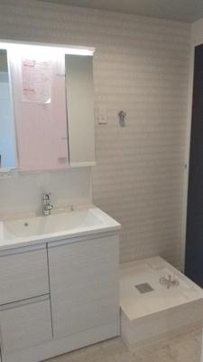 三面鏡と容量の大きい収納が便利な洗面台。ランドリースペースもゆとりの広さです。