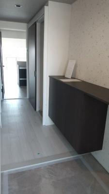 作り付けのシューズボックス付き。全面リフォーム済みですので、玄関と扉を開けると快適な空間が広がっています。