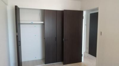 洋室の大容量の収納。お部屋を広く使え便利ですね。