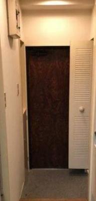 玄関にはクローク(洋服入れ)とシューズボックスがついております。