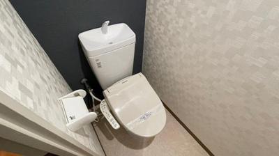 アクセントクロスの入ったオシャレなトイレもございます。落ち着くカラーですね。