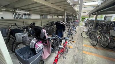 止めやすい広さの駐輪場ございます。