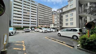 平面駐車場もございます。 駐車しやすい広さがあります。