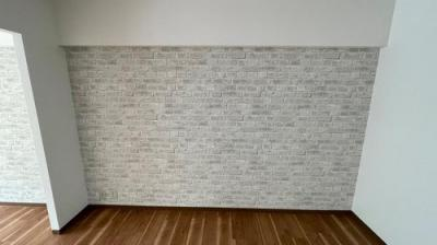 洋室のアクセントクロスホワイトグレーのレンガ調クロス。人気のカラーです。