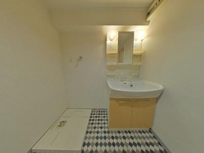 洗濯機置き場・洗面・浴室脱衣場です。 ユーティリティーと室内廊下は、ロールスクリーンで目隠しOK