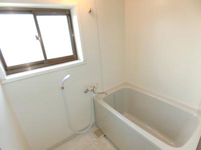 浴室には窓があり、明るく開放的な雰囲気です