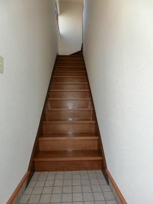 玄関を入ってすぐ、お部屋へ続く階段になっています