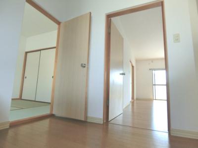 階段を上ると、リビングと和室6帖へつながるドアがあります◆来客時でも、リビングを通さずに和室へご案内