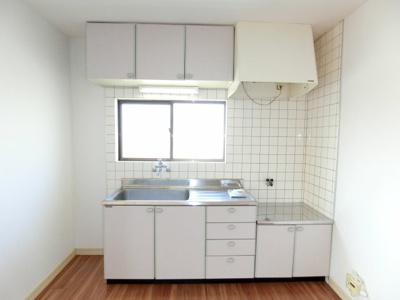 キッチン前の窓が明るく、開放感を感じさせてくれます