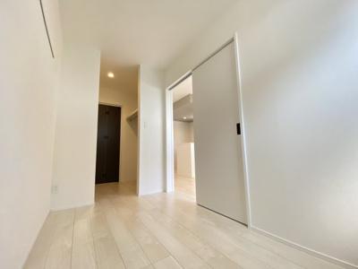 洋室~ウォークスルークローゼット~玄関へとつながります◆外出・帰宅時に無駄なく動けます