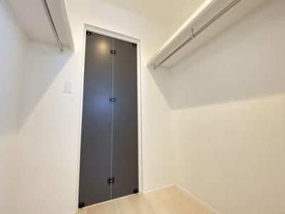 ウォークスルークローゼット◆玄関へつながる扉を閉めるとこんな感じです