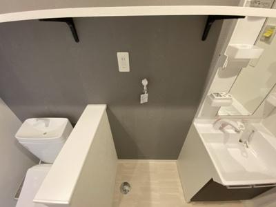 洗濯機置き場◆上部に棚があるので、タオルや洗剤置き場としても