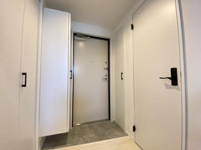 白×黒×グレーを基調とした、清潔感のある室内です