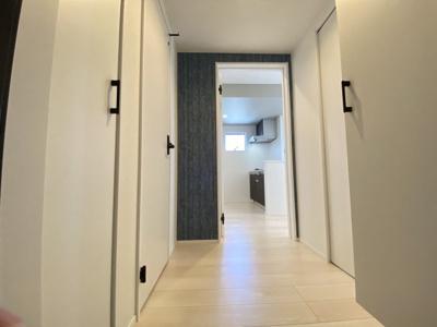 玄関を入ると、キッチン、洗面所、ウォークスルークローゼットへとつながるドアがあります