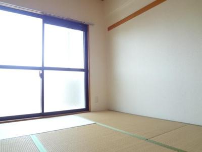 リビング横 和室も南面バルコニーです。他の部屋写真のため現況優先です