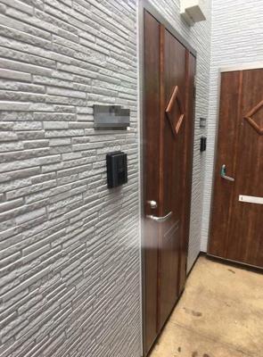 重厚感のある扉がお洒落な玄関。
