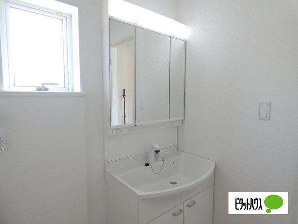 【3号棟】洗面室 やわらかな朝の光を感じられる窓がついた洗面所☆彡