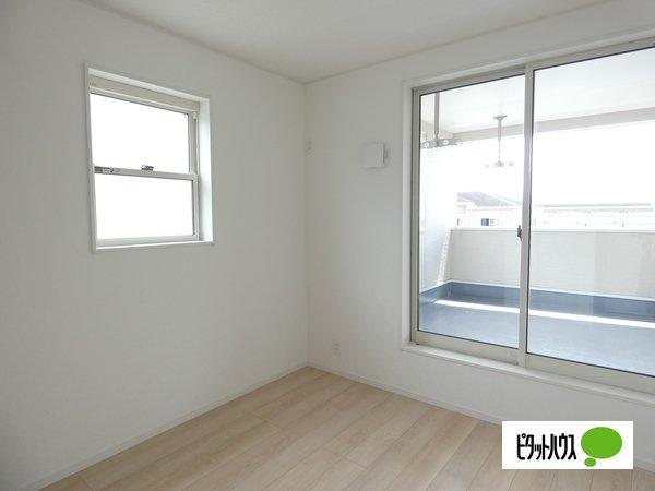 【3号棟】洋室 バルコニーに面した居室。2面採光で明るく風通しも良好です。