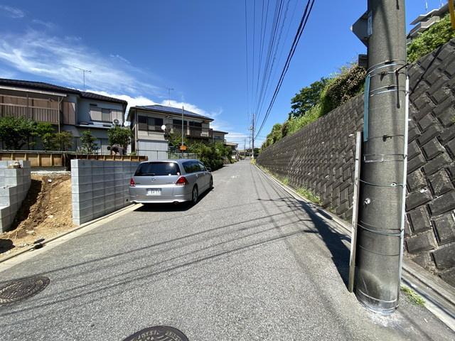 前面道路は5mの公道です。外部団体による住宅性能評価書付住宅で耐震等級は最上位等級取得で安心です。