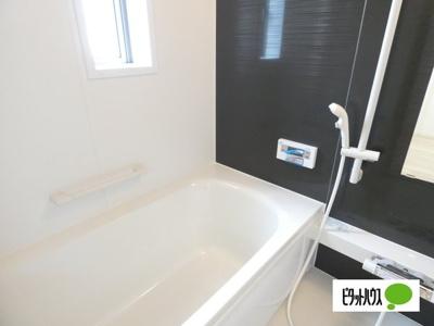 【4号棟】浴室 くつろげる広さ1坪浴室♪足を延ばして一日の疲れを癒しましょう♪