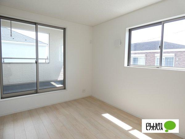 【4号棟】洋室 バルコニーに面した居室。2面採光で明るく風通しも良好です。