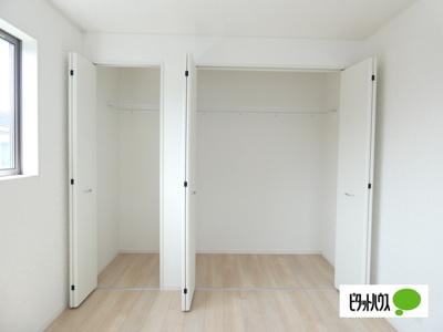 【4号棟】収納 クローゼット:シンプルデザインの建具。室内に落ち着きと安らぎを与えてくれます。