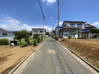 前面道路は4mの私道です。建物は述べ30坪超えでLDK16帖と寛げる和室があります。