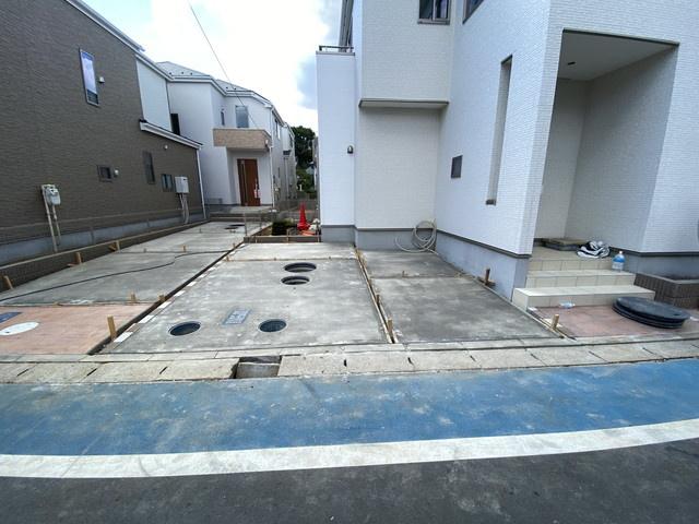 駐車スペースです。小学校まで徒歩6分と親御さんも安心です。中学校は徒歩10分で通学できます。
