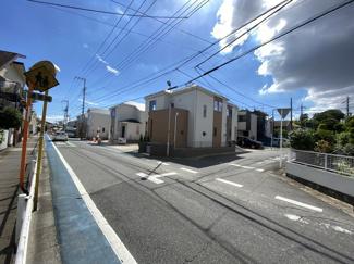 第一種低層住居専用地域の静かな住宅街に立地しています。
