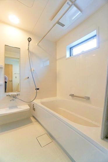 同仕様の浴室です。 広々としたバスルームで一日の疲れを癒して下さい。 もちろん、雨の日に大活躍の浴室乾燥機付きです。