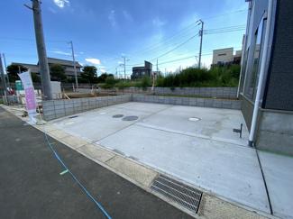 駐車スペースです。開発分譲地内の道路は5mで車庫入れは簡単にできます。