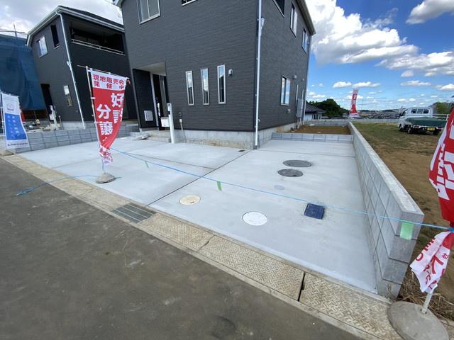 駐車スペースは2台可能です。開発分譲地内の道路は5mで車庫入れは簡単にできます。