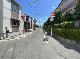 前面道路は9.7mと6mの公道です。