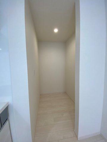キッチン横には大容量収納可能なパントリー!パントリーがあるないでは全然違います♪ 人気の設備の1つ♪