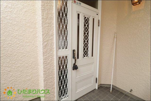 ドアノブが可愛らしいホワイトの玄関ドアです♪