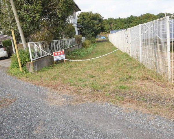 前面道路は未舗装ですが2項道路、道路状敷地が接道しています 住宅建築のためにはセットバックが必要ですが面積的には10㎡程度です。