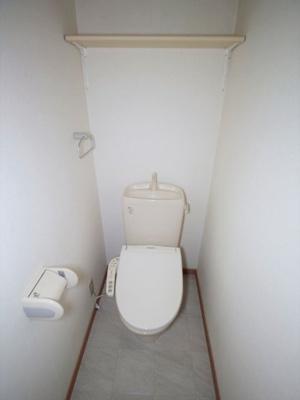 白を基調とした落ち着いたトイレです♪