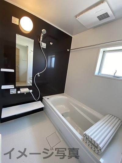 三面鏡の洗面台。鏡裏は細々した洗面用品を収納できます!インナーホース式で蛇口が伸び、お掃除時も便利♪