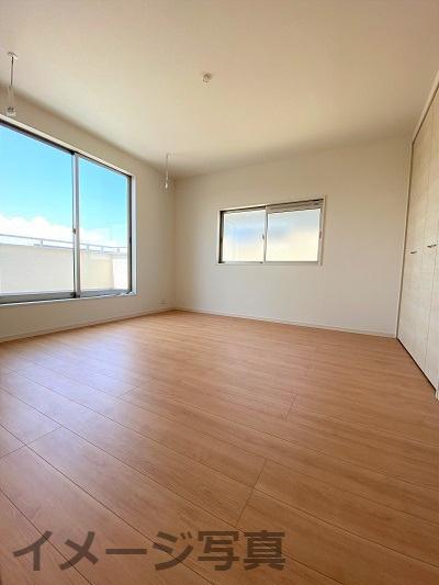 ウォークインクローゼットが付いた洋室。扉なしタイプでありながらも居室と収納のメリハリのあるお部屋です