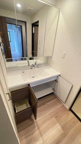 三面鏡裏収納付で、散らかりがちな洗面回りもすっきりと片付きます。
