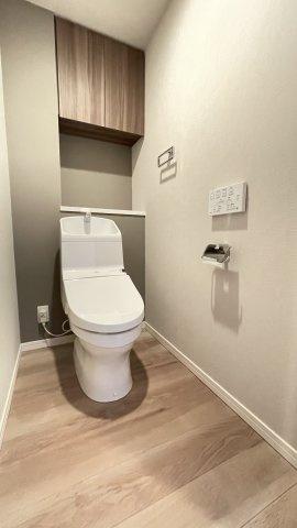 冬は便座も温水も温かく快適なシャワー付トイレ。 上部にある収納も便利です♪