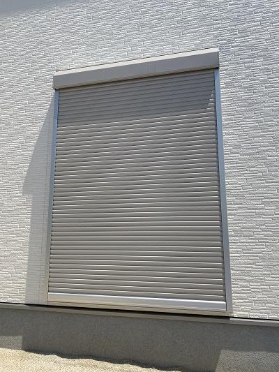 雨戸シャッター。台風などの強風時に窓ガラスを保護してくれます。汚れ防止、防犯・防音効果もあり。