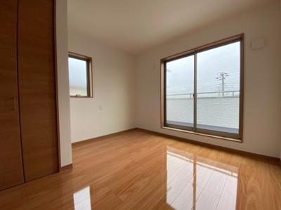 ~室内写真~落ち着いた色調の洋室です