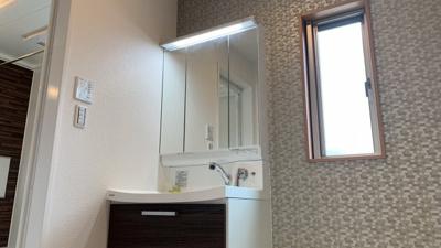 ~室内写真~独立洗面台、朝の身支度には欠かせません