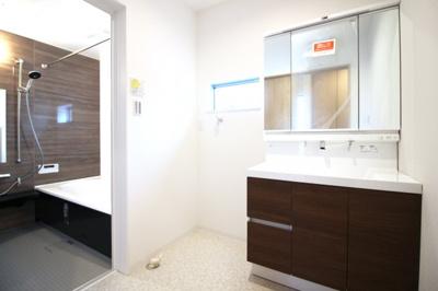 ワイドな洗面化粧台は収納がたっぷりあります。三面鏡の裏側も収納になっているので、小物がたくさん片付けられますね。