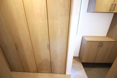 玄関には、シューズボックスとクローゼットがあります。荷物がたくさん収納できる嬉しいお家です(^◇^)