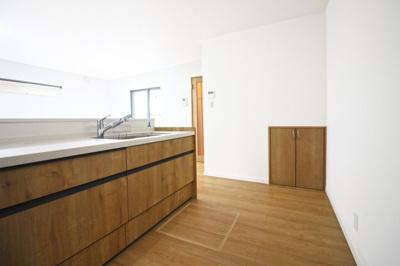 システムキッチンは収納が豊富!床下収納や階段下収納もあり大変助かります。